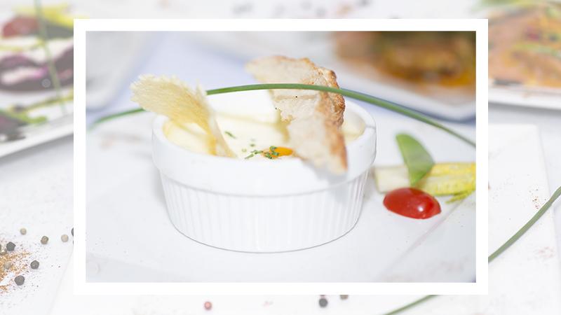 Oeuf cocotte aux asperges, concassé de tomate au basilic et parmesan